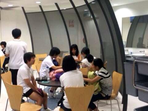 SISのカフェで授業開始を待つ生徒たち